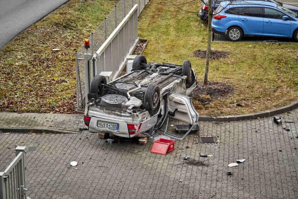Ein Abschleppdienst barg das Fahrzeug. Das Unfallauto war nach der rutschigen Fahrt stark beschädigt.