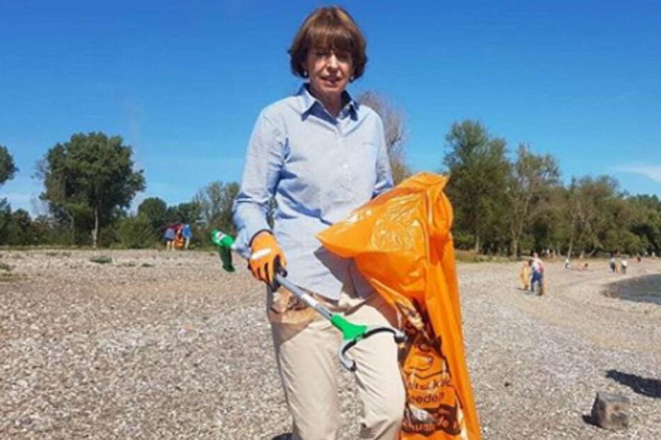 Oberbürgermeisterin Henriette Reker (62) sammelt Müll