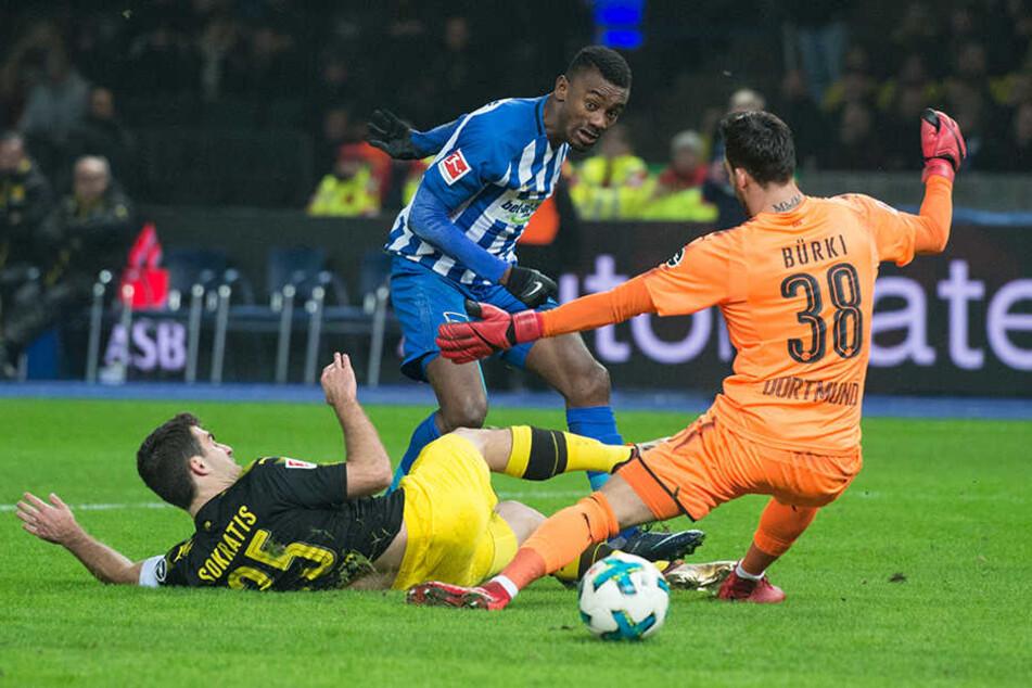 Berlins Salomon Kalou spielt den Ball gegen Dortmunds Sokratis Papastathopoulos (am Boden liegend) und Dortmunds Torwart Roman Bürki.
