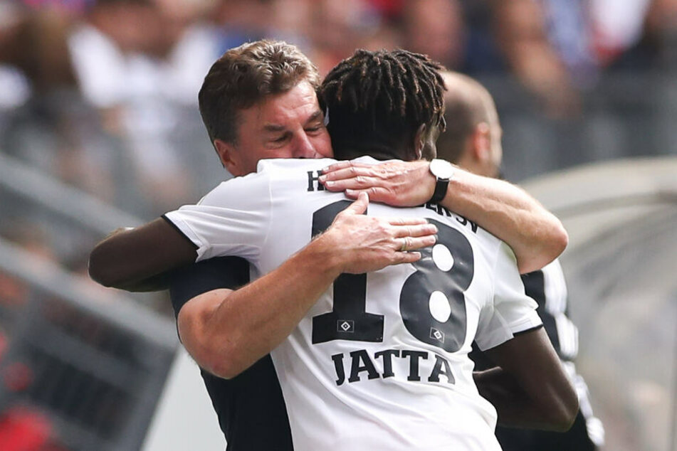 Bakery Jatta lief nach seinem Tor direkt zu Trainer Dieter Hecking und bedankte sich für die Unterstützung.
