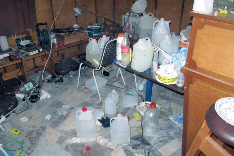 Die Polizei entdeckte bei der Durchsuchung eine umfangreiche Drogenküche.