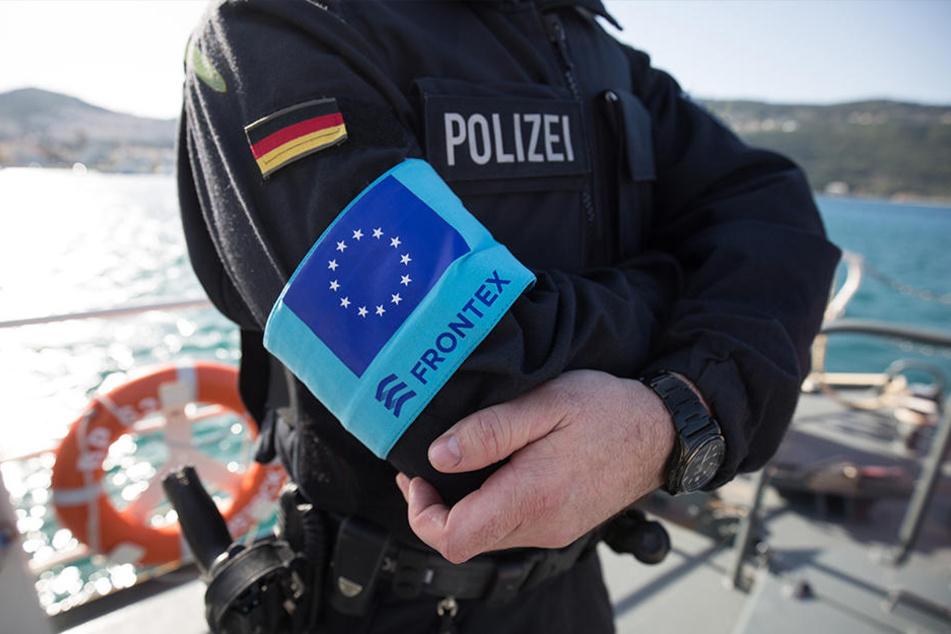 """Auf Erkundungsfahrt: Ein Beamter der Bundespolizei See steht im Hafen der griechischen Insel Samos auf dem Vordeck des Streifenboots BP 62 """"Uckermark""""."""