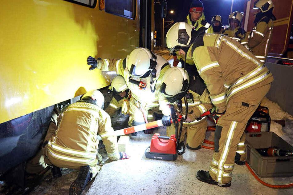Mit einer Aufgleisplatte rückte die Feuerwehr der tonnenschweren Bahn zuleibe.