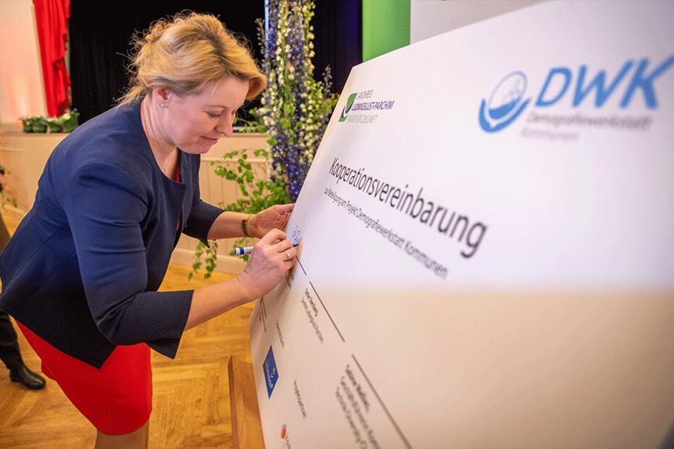"""Giffey beim """"Marktplatz der Generationen"""" der Demografiewerkstatt Kommunen in Mecklenburg-Vorpommern 2019."""