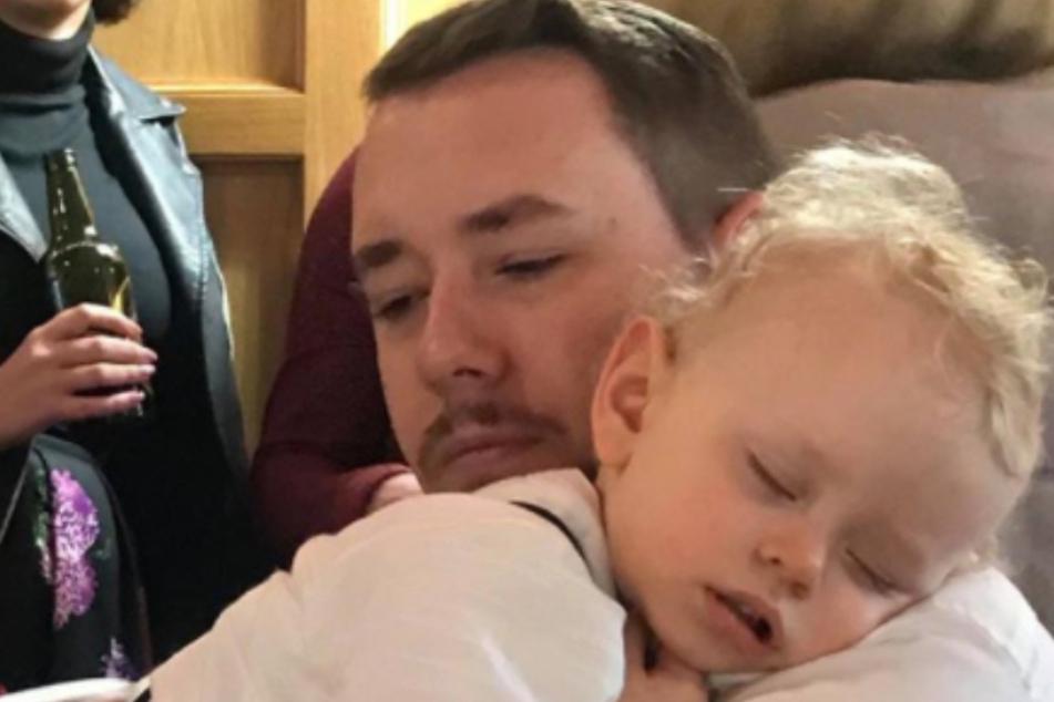 Endlich! Eltern schließen ihren Sohn (2) nach elf Wochen Corona-Isolation in die Arme