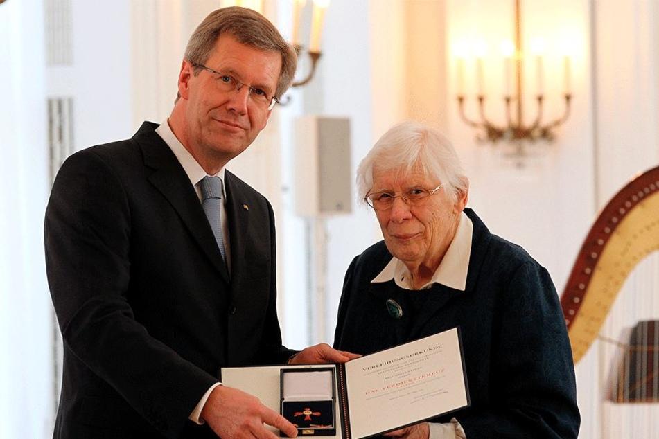 Der ehemalige Bundespräsident Christian Wulff verleiht am 4. Oktober 2010 im Schloss Bellevue Greta Wehner den Verdienstorden der Bundesrepublik Deutschland. Wehner widmete sich viele Jahre der politischen Bildungsarbeit in Sachsen.