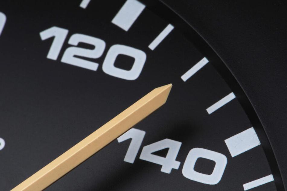 Der Jugendliche soll teilweise 140 Stundenkilometer gefahren sein. (Symbolbild)