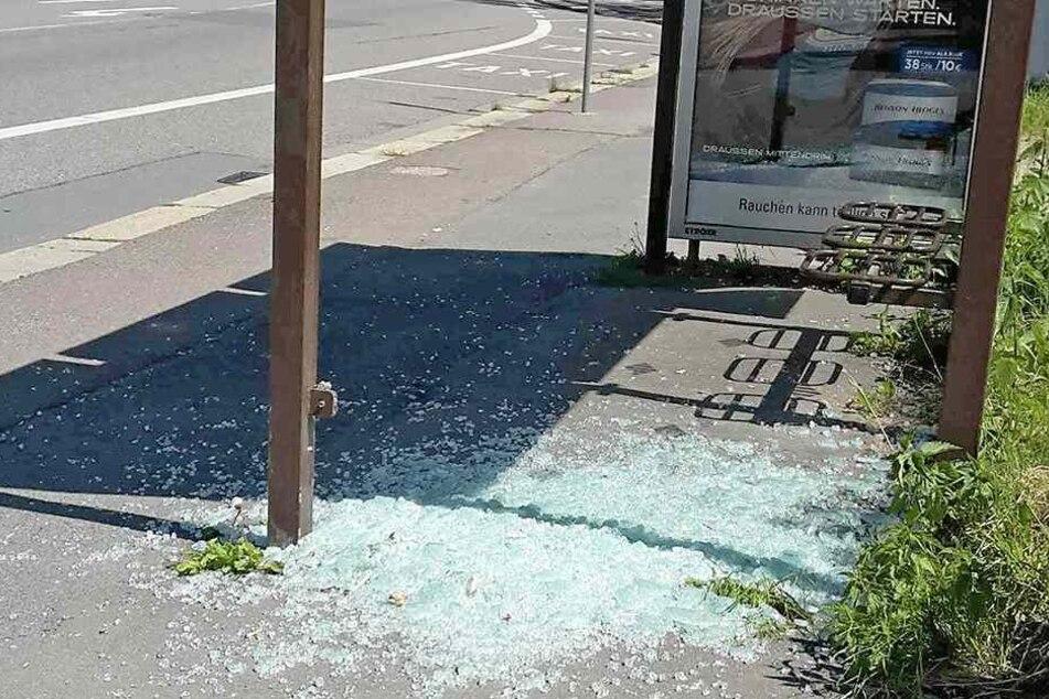 """Der neue, schwachsinnige """"Trend"""" in Chemnitz: Auch Am Wochenende wurden wieder Haltestellen zerstört."""