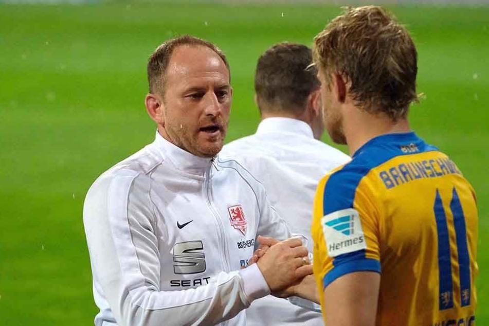 Ist das schon der Abschiedsgruß aus Braunschweig? Eintracht-Trainer Torsten Lieberknecht (l.) gibt Jan Hochscheidt die Hand.