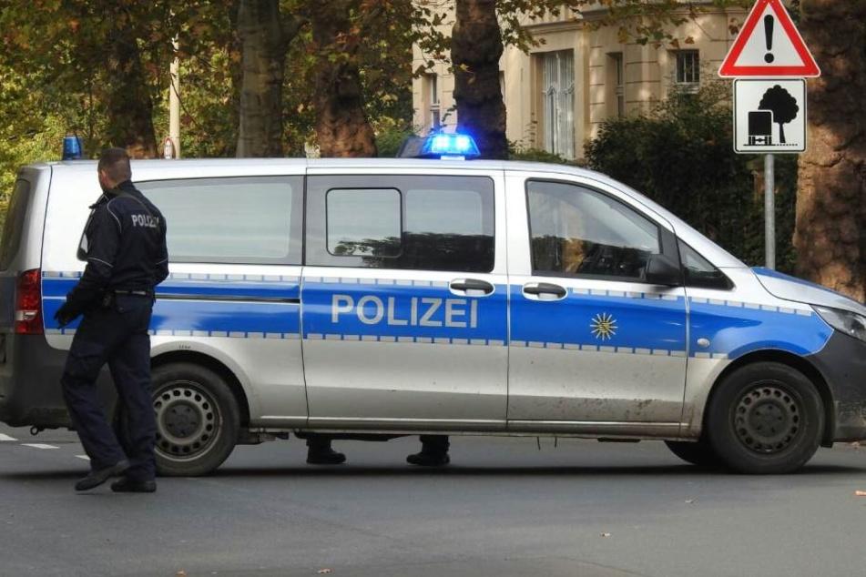 Die Polizei sperrt die Bereiche um die Schulen in Leipzig weiträumig ab.