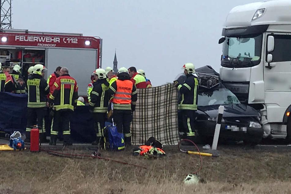 Zwei Menschen starben in dem Wrack des Kleintransporters.