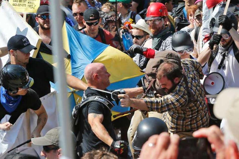 Linke und rechte Demonstranten gehen auf der Demo in Charlottesville aufeinander los.