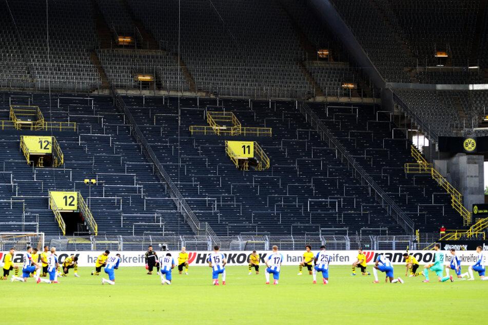 Vor der Partie knieten die Spieler vom BVB und Hertha BSC aus Protest gegen Rassismus und den Mord an George Floyd gemeinsam.