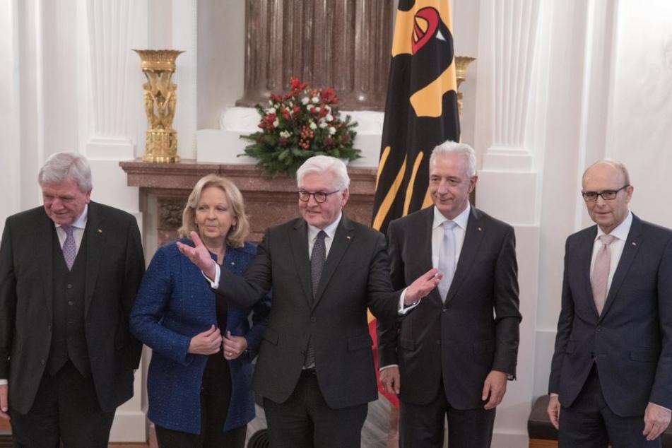 Insgesamt verteilte Steinmeier (Mitte) gleich vier Verdienstorden.