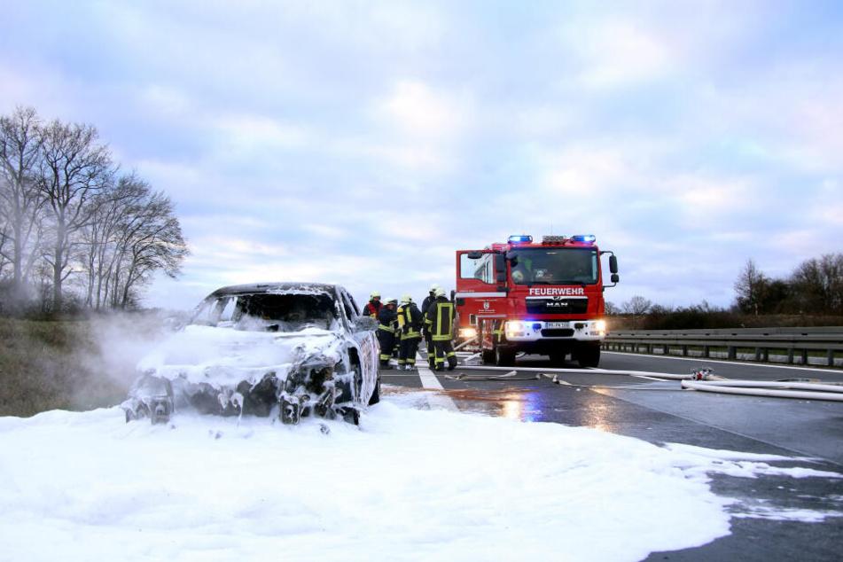 Die Einsatzkräfte der Feuerwehr konnten den Brand zwar löschen, das Fahrzeug ist anscheinend aber ein Totalschaden.