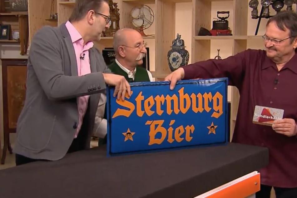Lutz Fügmann mit seinem toll erhaltenen Werbeschild der Sternburg-Brauerei.