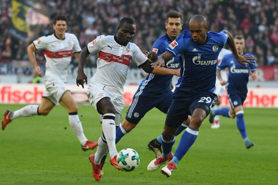 Stuttgarts Chadrac Akolo (2.v.l.) im Zweikampf mit Schalkes Naldo (r.).