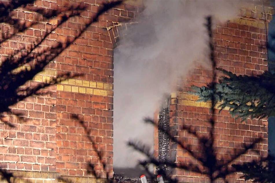 Überall Rauch: Haus gegenüber HELIOS Klinik brennt
