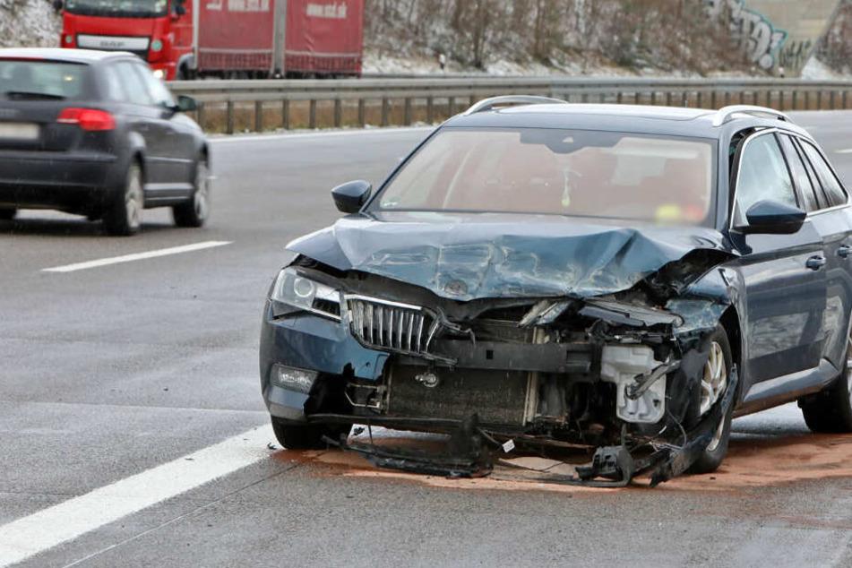 Schwerer Unfall auf A4: Skoda kracht in Leitplanke