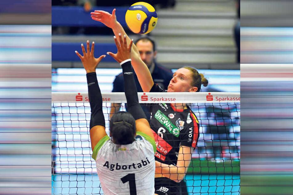 Im Viertelfinale warf der DSC die Ladies in Black Aachen mit 3:0 aus dem Rennen. Hier greift die Dresdnerin Kadie Rolfzen (h.) gegen Vanessa Agbortabi an.