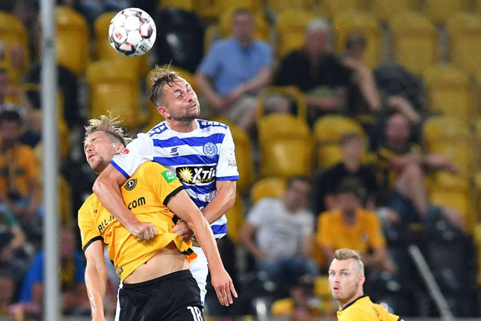 Jannik Müller (l.) hatte gegen Duisburg alles im Griff. Trotz Ellenbogen-einsatzes von John Verhoek setzt er sich im Luftkampf durch.