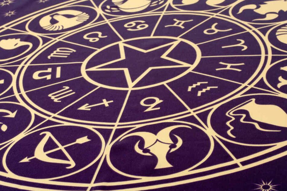 Das Rad des Zodiac unterteilt die zwölf Tierkreiszeichen in vier Elemente: Erde, Wasser, Luft und Feuer.