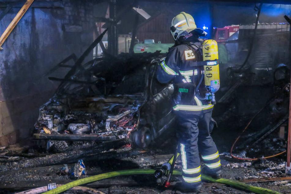 Ein Auto brannte komplett aus.
