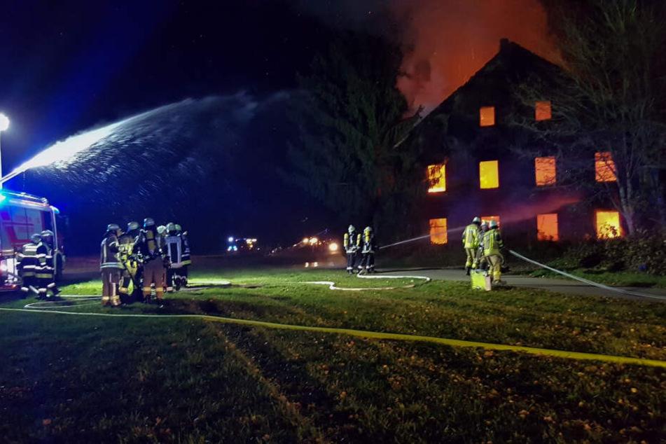Alte Mühle brennt nieder: Feuerwehrleute durch geplatzten Schlauch verletzt