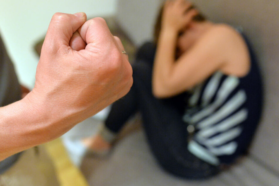 Durch den schweren Missbrauch verlor die Frau das ungeborene Kind. (Symbolbild)