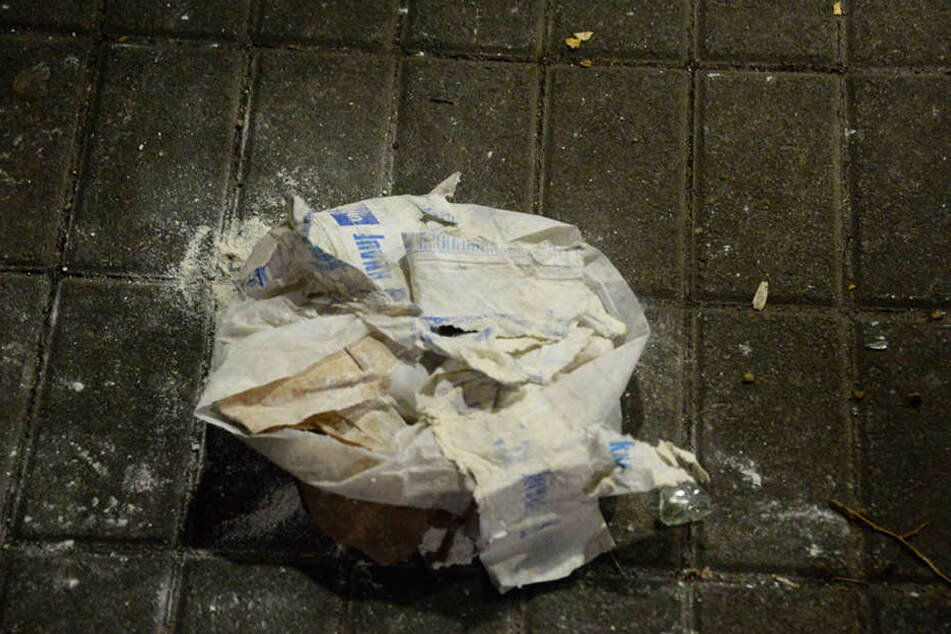 Spachtelmasse verteilten die unbekannten Täter im Schulgebäude.