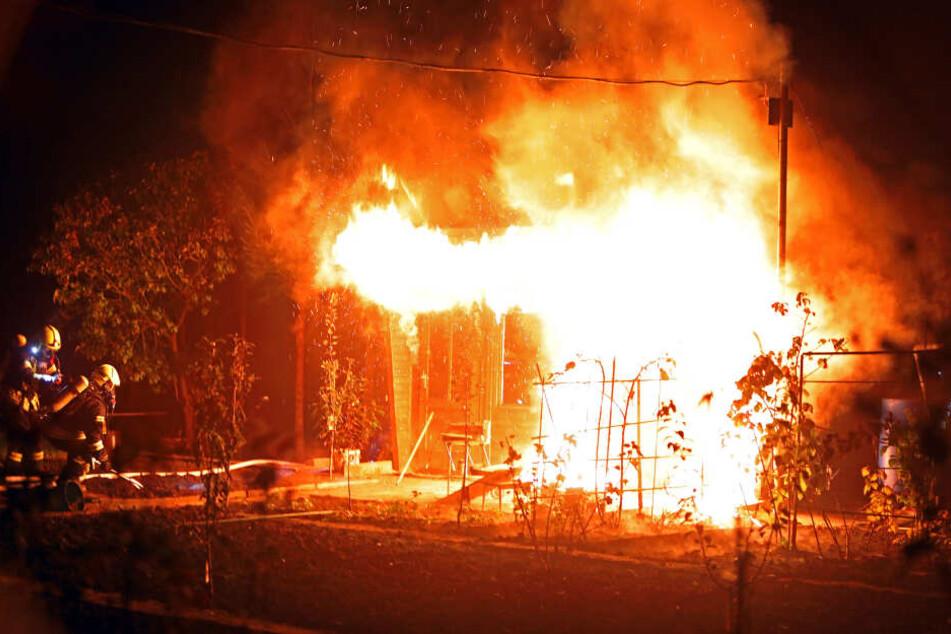 In der Gartenanlage Adlerwiese in Glauchau brannte eine Gartenlaube komplett aus.