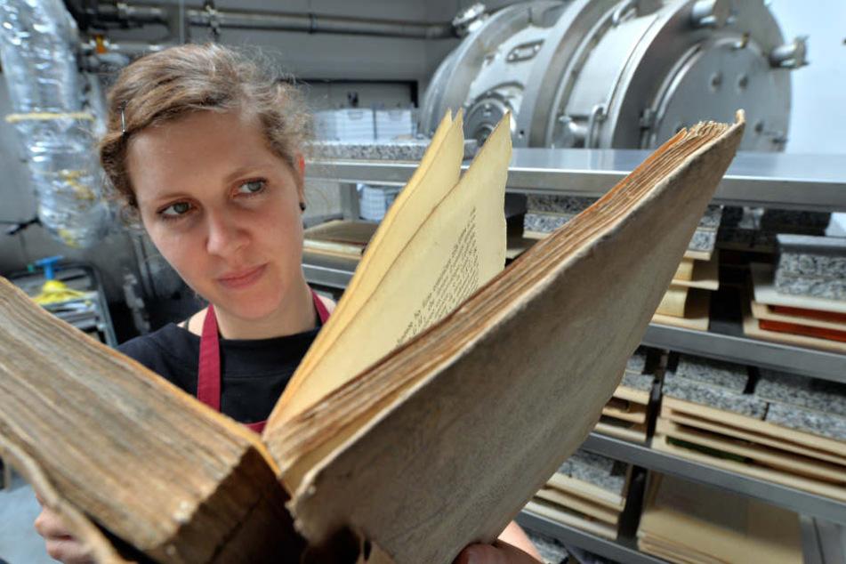 Dank Gefriertrocknung konnten auch nass gewordene Bücher der Unibibliothek Freiberg erhalten werden.