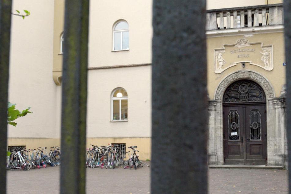 Der Eingang der Wittelsbacher Schule: Die schreckliche Tat löste eine Debatte um die Sicherheit an Schulen aus.