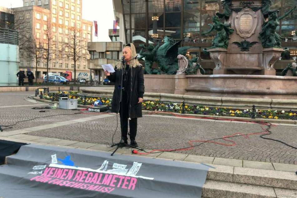 Die Leipziger Politikerin Irena Rudolph-Kokot sprach vor den Teilnehmern auf dem Augustusplatz. Im Hintergrund sichern Polizeibeamte die Kundgebung ab.