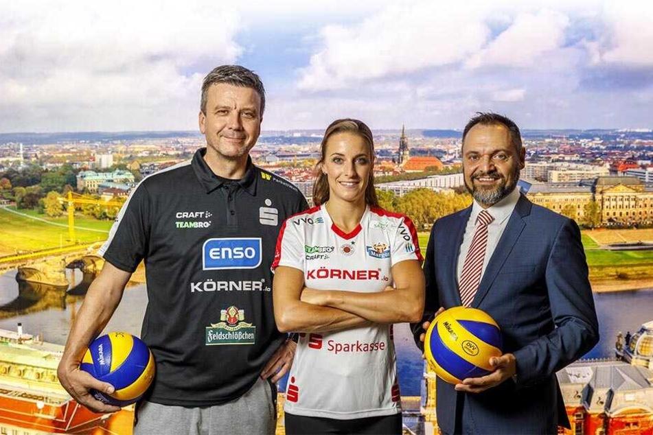 Strahlten nach der Vertragsverlängerung um die Wette (v.l.): DSC-Chefcoach Alex Waibl, Libera Lenka Dürr und Jan Klemmer von der Ostsächsischen Sparkasse Dresden.