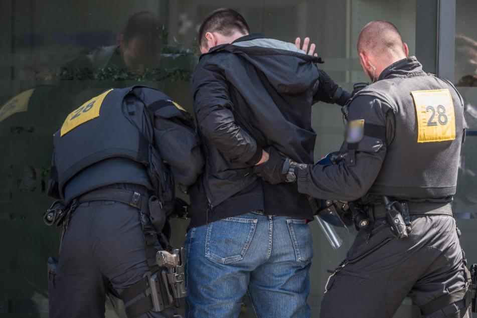 Nur mit der vereinten Hilfe von drei Männern konnte der um sich wütende 25-Jährige unter Kontrolle gebracht werden. (Symbolbild)