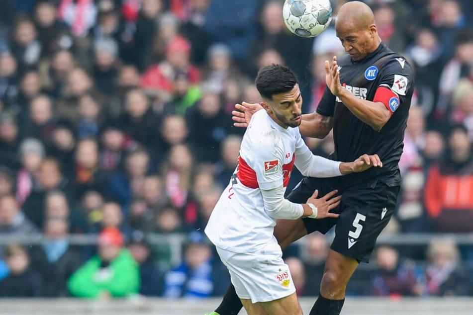 Nicolas Gonzalez (l.) vom VfB Stuttgart in Aktion gegen David Pisot (r.) vom Karlsruher SC