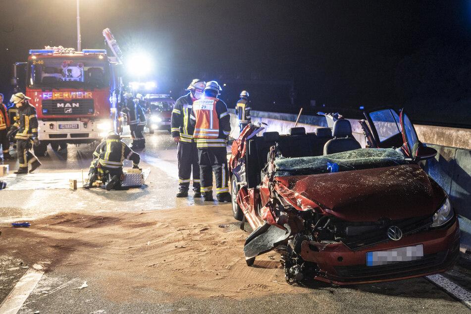 VW kracht in Heck von Laster: Zwei Frauen schwer verletzt