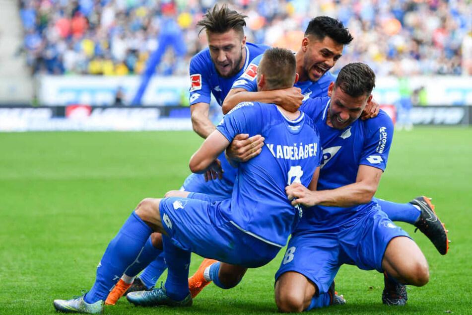 Hoffenheims Torschütze Pavel Kaderabek jubelt mit Mannschaftskollegen über das Tor zum 3:1.