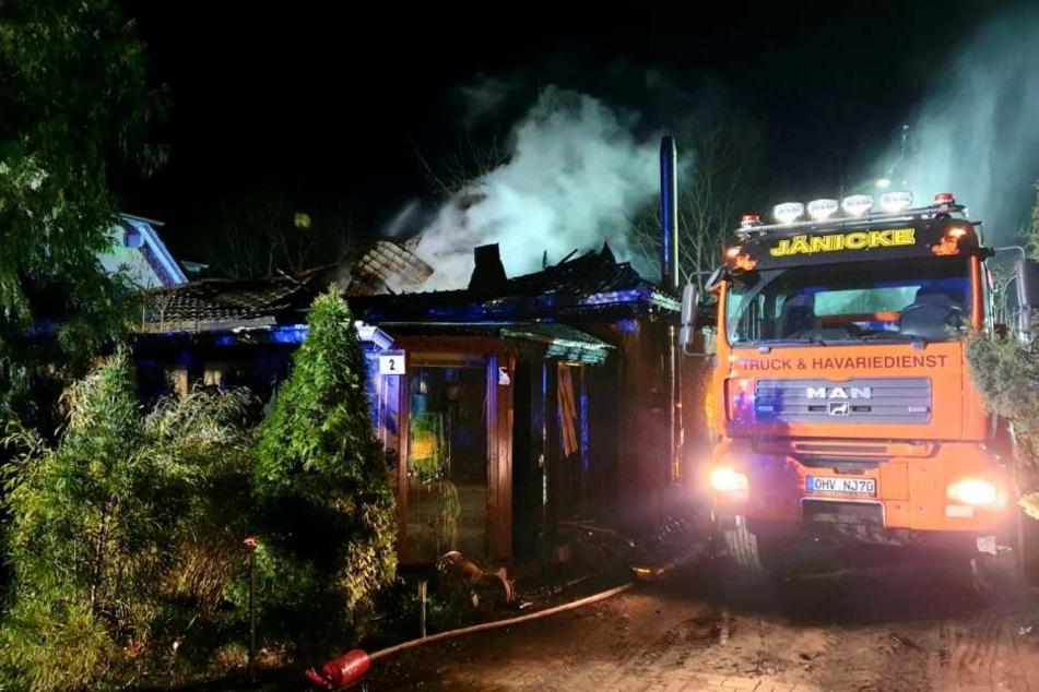Die Flammen griffen schnell auf das angrenzende Wohnhaus über.