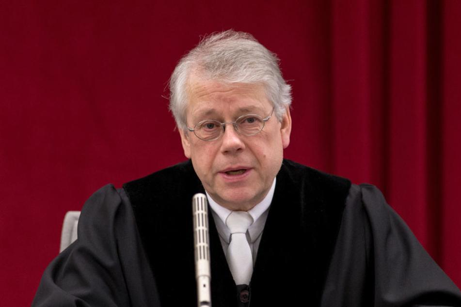 Im Falle einer Verurteilung von mehr als zehn Jahren würde unter anderem für die Richter eine Gerichtsgebühr fällig.