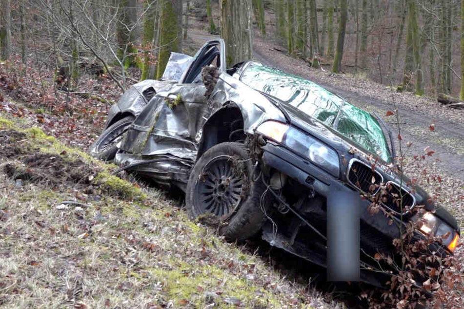 Der 34-Jährige konnte von der Feuerwehr aus seinem 3er BMW befreit werde, starb aber noch an der Unfallstelle.