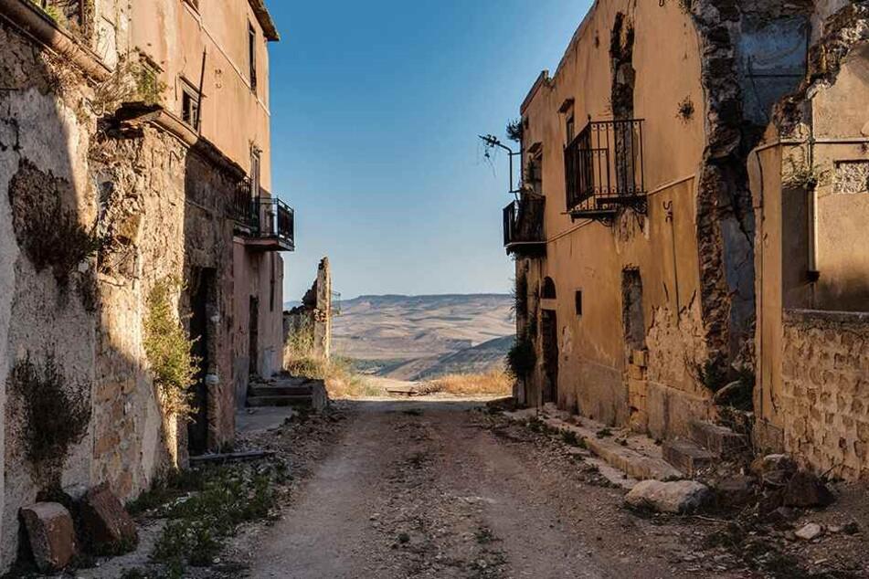 Die verlassenen Ruinen der einstmals wunderschönen Häuser erinnern an das, was hier einmal war.