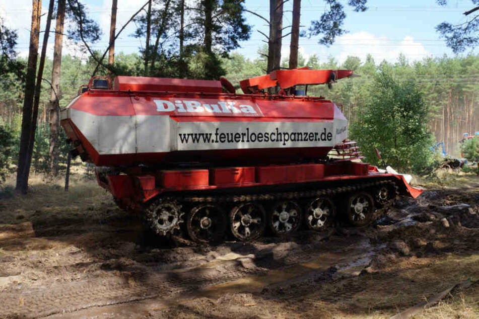 Mit einem Löschpanzer ging es durch den trockenen Kiefernwald.