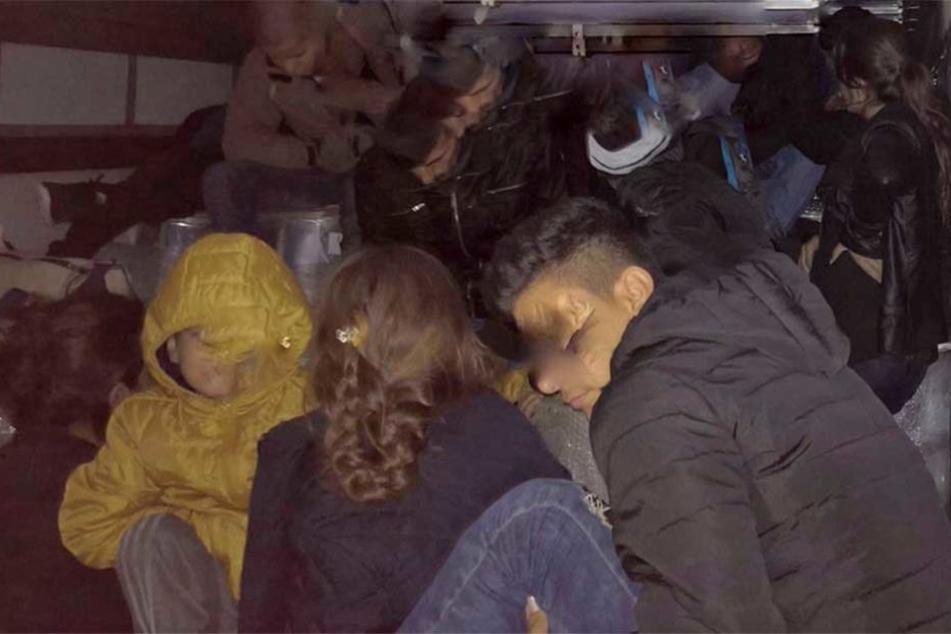 51 Menschen waren auf der Ladefläche des Sattelzugs versteckt.