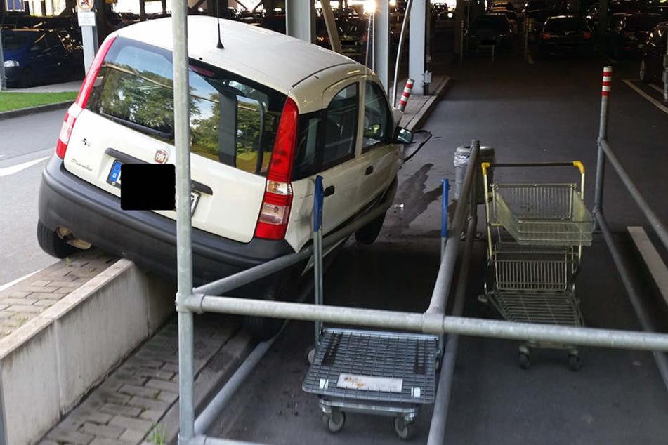 Autofahrer kracht gegen Stützpfeiler im Ikea-Parkhaus