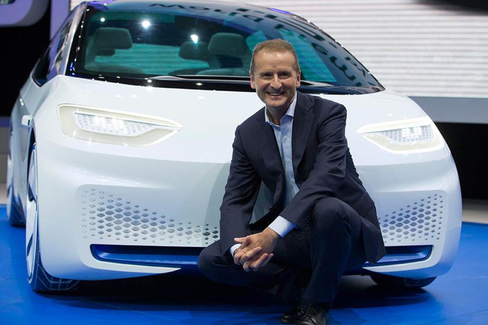 VW-Marken-Vorstand Herbert Diess vor dem neuen I.D. auf einer Automesse in Paris.
