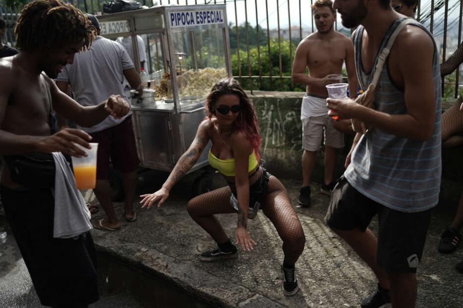 Teilnehmer tanzen zum Start des Karnevals in Rio de Janeiro.
