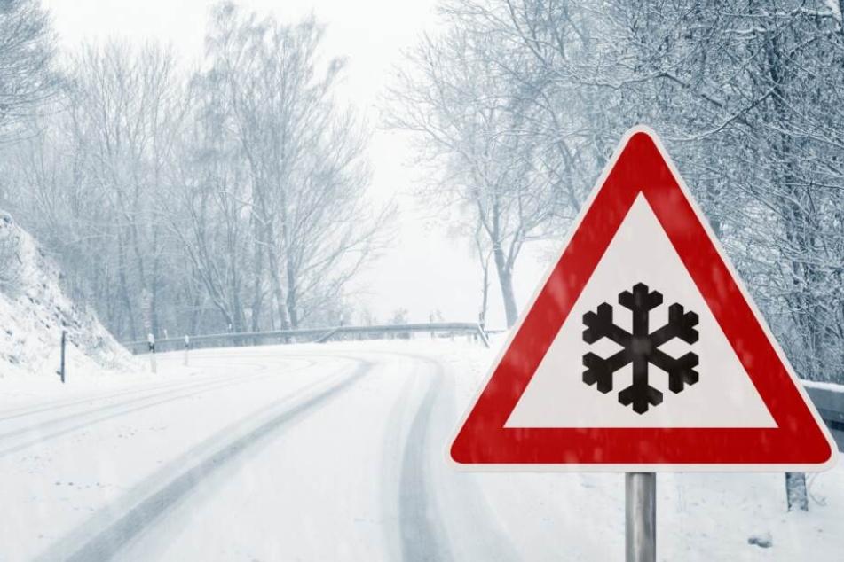 Bei Schnee und Glätte kann es auf den Straßen schnell gefährlich werden. (Symbolbild)