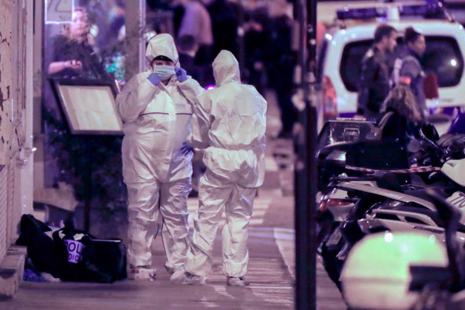 Polizisten bei der Spurensicherung nach nach einem Messerangriff im Zentrum von Paris.